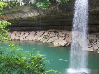 обои Крутой обрыв и водопад фото