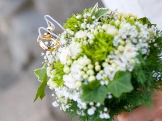 обои для рабочего стола: Свадебный букет с кольцами обручальными