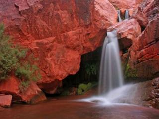 обои Водопад среди красных камней фото