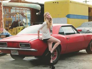 обои Худенькая девушка у красного автомобиля фото