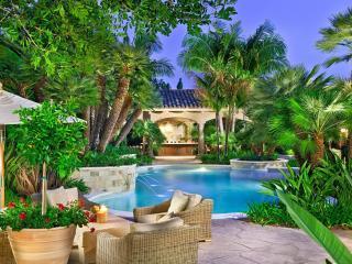 обои Красивый дизайн у бассейна с фонтаном фото