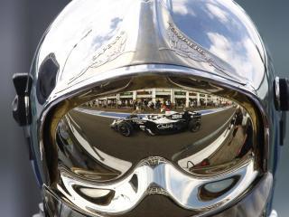 обои Отражение боллида в шлеме фото