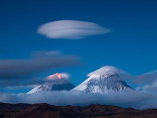 обои Вулканы и облака фото