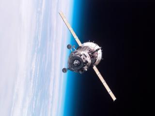 обои Спутник летит в космосе фото
