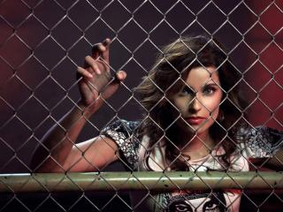 обои Nelly Furtado за забором фото