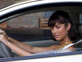 обои Olga Kurylenko за рулем автомобиля фото