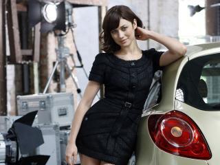 обои Olga Kurylenko около машины фото