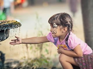 обои Маленькая девочка у фонтана фото