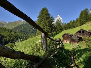 обои Старые деревянные постройки в горах фото