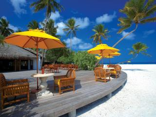 обои Столики кафе под желтыми зонтиками фото