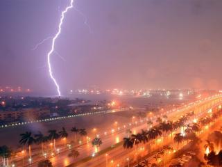 обои для рабочего стола: Огромная молния в ночном городе