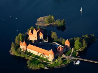 обои Большой замок на острове фото