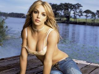 обои Певица Бритни Спирс у реки фото