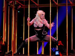 обои Britney Spears шоу в клетке фото