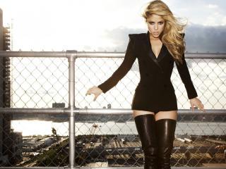 обои для рабочего стола: Shakira на фоне стройки