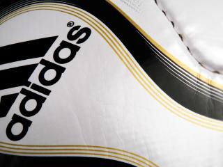 обои Логотип Адидаса на обуви фото