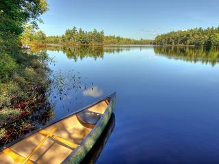обои Лодка у берега на чистой воде фото