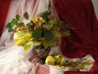 обои Натюрморт - Яблоки и осенние листья фото