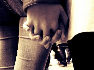 обои Влюбленные держатся за руку фото