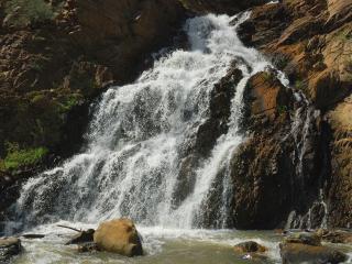 обои Рассеивающийся по скале водопад фото