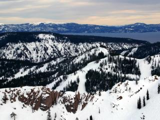 обои для рабочего стола: Зимние горы покрытые елями и снегом
