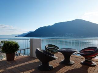 обои Красивый стол на балконе фото