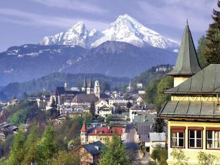 обои Небольшой город у склона горы фото
