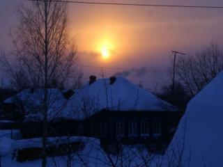 обои Зимнее солнце над деревней фото