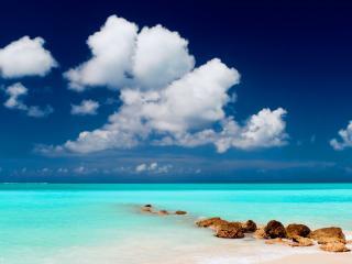 обои Лазурь воды под синим небом с белыми облаками фото