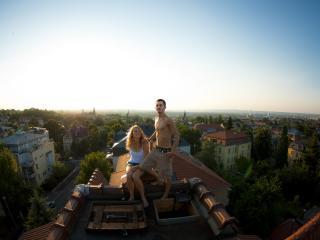 обои Пара стоит на крыше фото