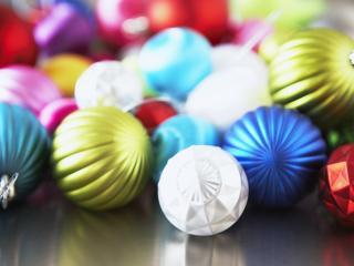 обои Разноцветные новогодние шары фото