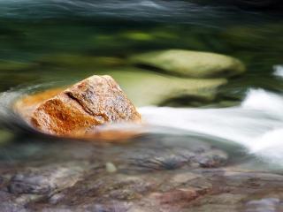 обои Камень в потоке воды фото