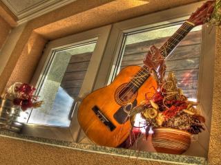 обои Гитара стоит около окна фото