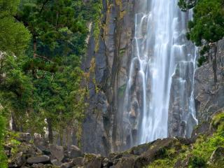 обои Водопад стремительно падающий вниз фото