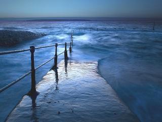 обои для рабочего стола: Пирс у неспокойного моря
