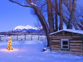обои Светится елочка у деревянной хижины фото