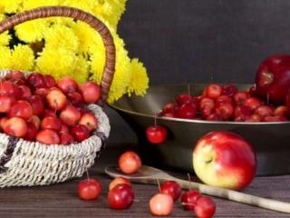 обои Натюрморт - Красные яблочки и жёлтые хризантемы фото
