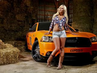 обои Блондинка перед оpанжевым автомобилем фото