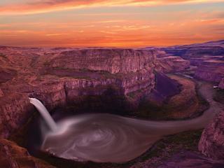 обои Водопад с воронкой между гор фото