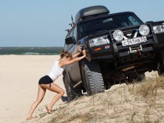 обои Толкает машину на пригорок фото