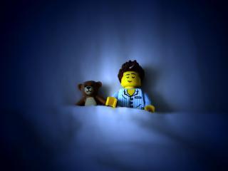 обои Герой ЛЕГО и мишна в постели фото