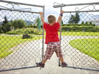 обои Мальчик катается на воротах фото