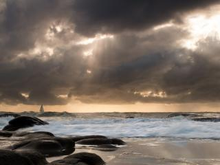 обои Солнце за хмурыми облаками над морем фото