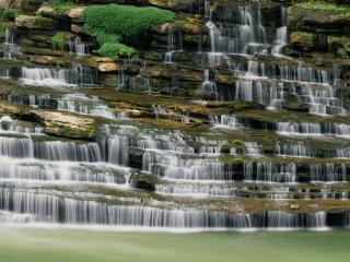 обои Бесподобный водопад у горы фото