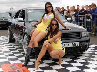 обои Девушки у машины и публика за забором фото