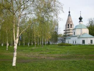 обои Церковь среди молодых берёз фото