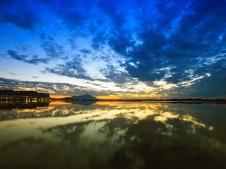 обои Вечернее облачное небо над водoй фото