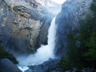 обои В высоких скалах туманный водопад фото