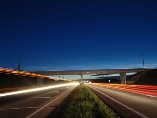 обои для рабочего стола: Ночная освещенная автотрасса