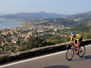 обои Велосипедист на фоне города фото